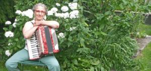 Micaela Pressberger spielt Akkordeon mit den Lehrbüchern von Peter M. Haas